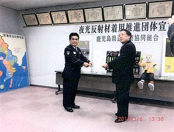 西川理事長が宣言文を東江交通部長に手渡す