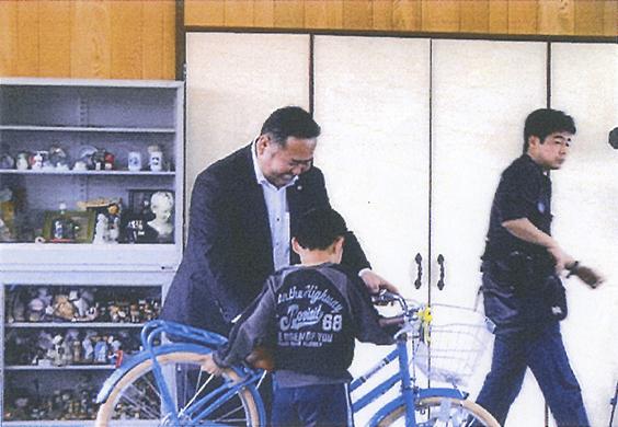 青年部会から子供達に自転車をプレゼント.jpg
