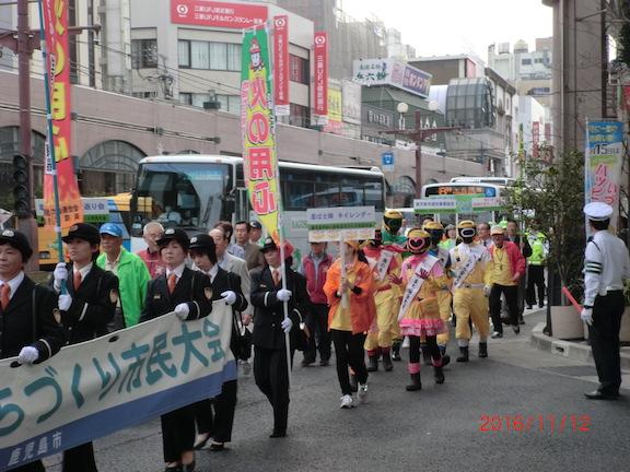街頭パレードの状況