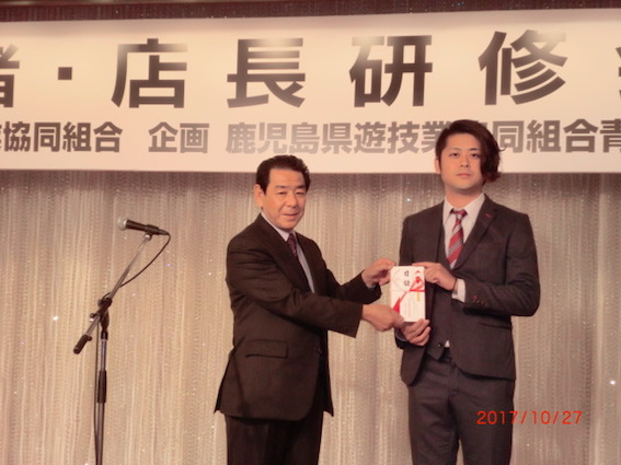 山室理事長から長濱代表への目録贈呈